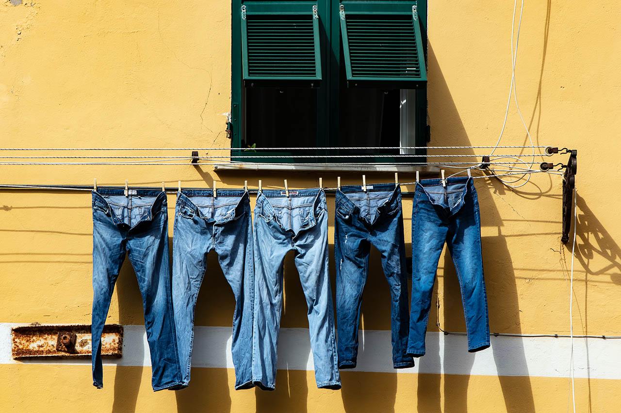 Jeans drying up in Italy, Ricardo Gomez Angel, Unsplash